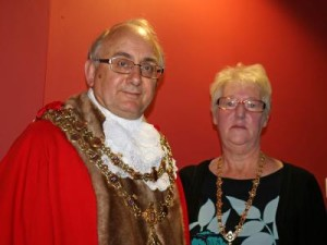 """Councillor Granville Morris ist der neue Bürgermeister (Mayor) der englischen Partnerstadt Rossendale, ihm zur Seite, als """"Mayoress"""" steht seine Ehefrau Susann Morris - Foto: Rossendale"""