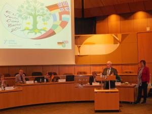 Karl Gerd Geßner, Vorsitzender der Deutsch-Britischen Gesellschaft Bocholt berichtet bei der Tagung in Göttingen vom Europäischen Youth Camp 2014